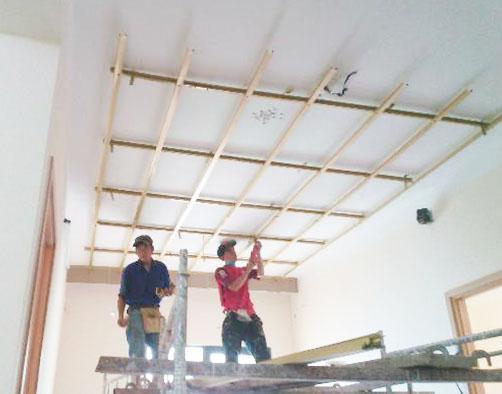 Thợ thi công trần vách thạch cao tại Dĩ An